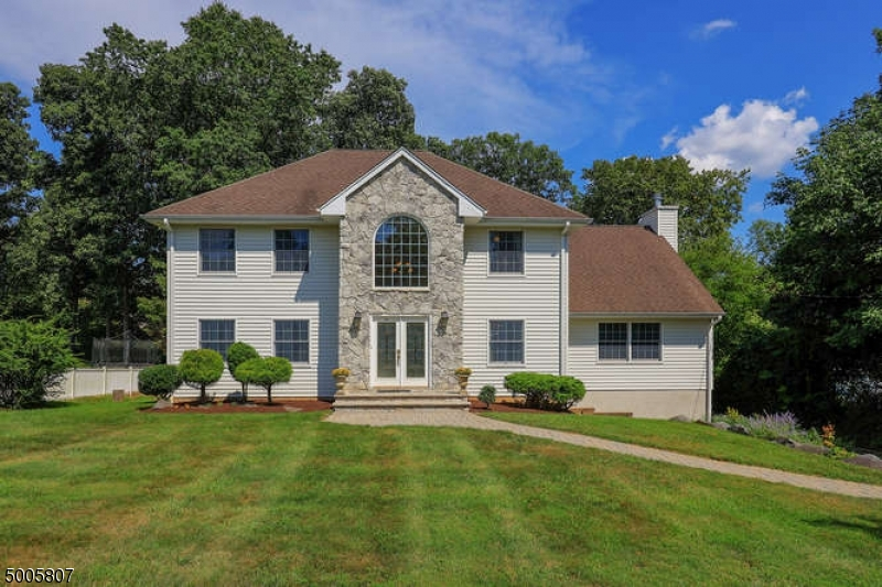 Photo of home for sale at 20 LAKEVIEW AVE, Watchung Boro NJ
